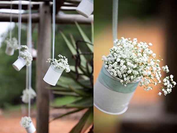 Schleierkraut ist unterschätzt: In weiß lackierten Konservendosen an Bändern aufgehängt geben sie eine hübsche Dekoration ab