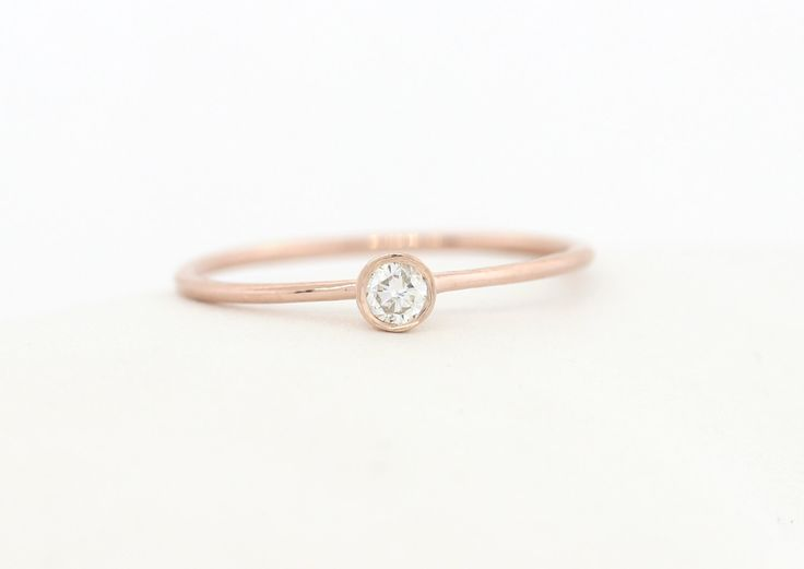 Anillo de compromiso diamante corte redondo de Brillaint, oro fino delicado bisel Set anillo de compromiso, anillo de compromiso oro diamantes, anillo de oro de MichaelGabriels en Etsy https://www.etsy.com/es/listing/230990424/anillo-de-compromiso-diamante-corte