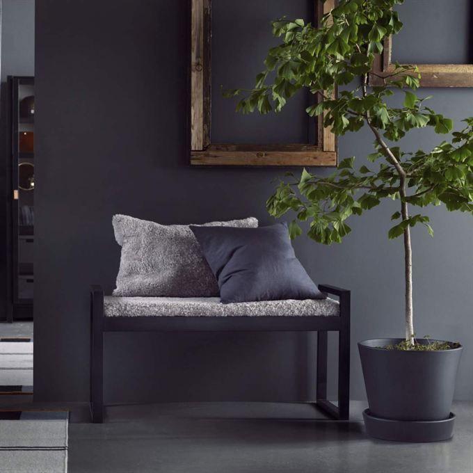 <span>Möblerna kan även fås i svart. Här hallbänk, 995 kronor. Fårskinnsdyna, 800 kronor. <br></span>