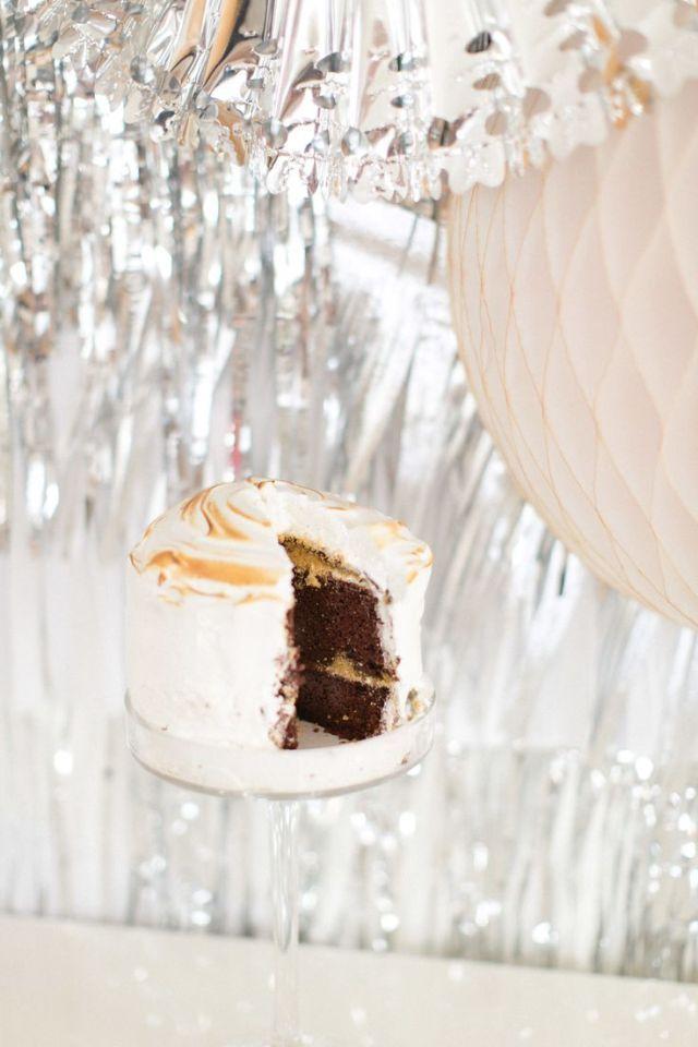 Een taart om je vingers bij af te likken #bruidstaart #chocolade #marshmallows #bruiloft #trouwen #inspiratie #wedding #cake #chocolate #pie #inspiration Bruidstaarten met chocolade | ThePerfectWedding.nl | Fotocredit: Ruth Eileen