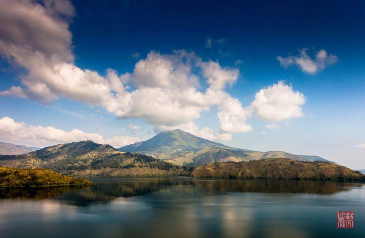Danau Toba yang tenang dengan Gunung Pusuk Buhit sebagai Latar Belakang