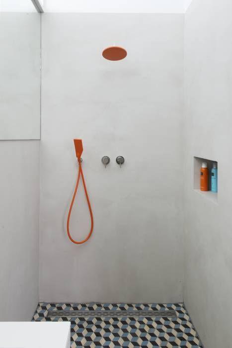 badkamer met onverwachte kleuren: moderne Badkamer door IJzersterk interieurontwerp