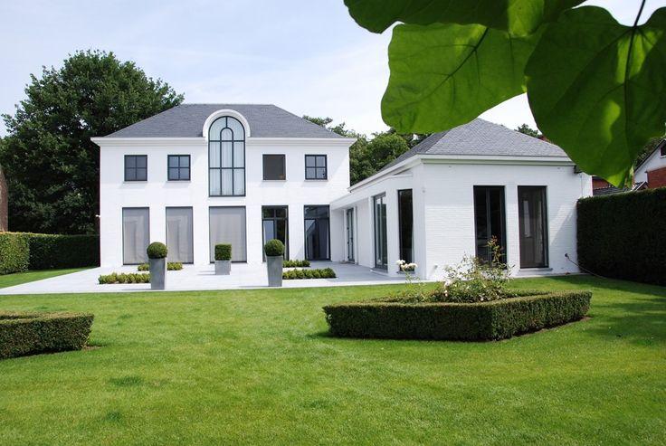 Maison classique avec des ch ssis noirs en aluminium for Architecture maison classique