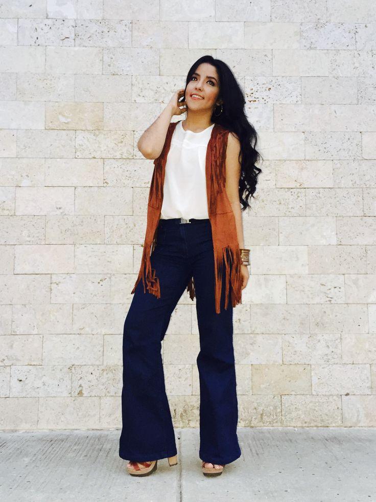 Pantalón bota campaña y chaleco de flecos para un estilo de los años 70☮ #bellbottoms #flaredjeans #hippie #hippiechic #botacampana flecos #chaleco
