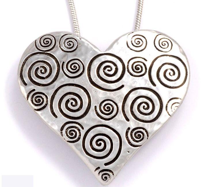 symbole universel de l 39 amour cet adorable coeur en tain est accompagn d 39 une cha ne plaqu e. Black Bedroom Furniture Sets. Home Design Ideas