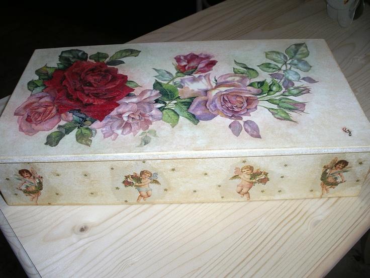 Scatola in legno con fiori e angeli