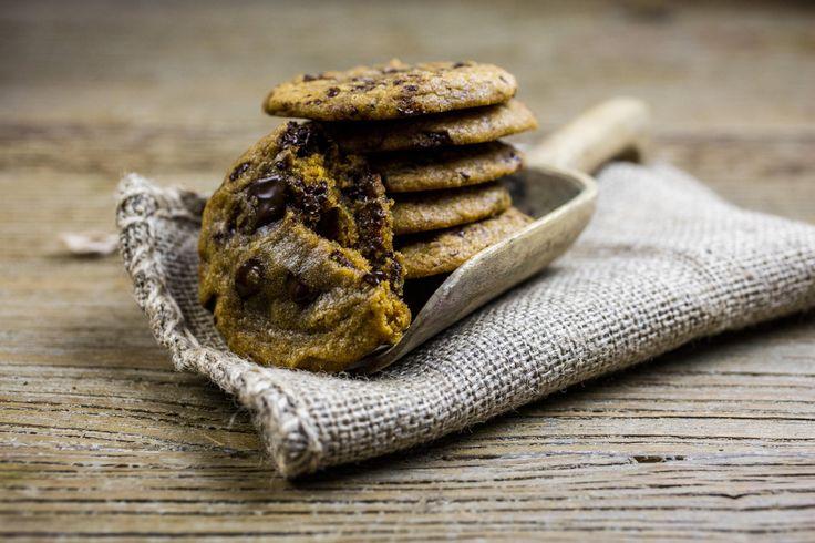 Saftige hjemmelagde sjokoladekjeks med store sjokoladebiter er populært. Det kan jeg love deg. De funker utmerket på tur, men kan like gjerne nytes hjemme, nystekte og lune, med et glass iskald melk.    Tips 1  I tillegg kan du blande inn 100 g grovhakkede hasselnøtter, pekannøtter, salt peanøtter, eller 50 g havregryn eller kokosmasse.  Mørk sjokolade kan erstattes med lys- eller hvit sjokolade, eller Smarties.    Tips 2  Form deigen til en pølse ved hjelp av bakepapir. Pakk deigpølsen…