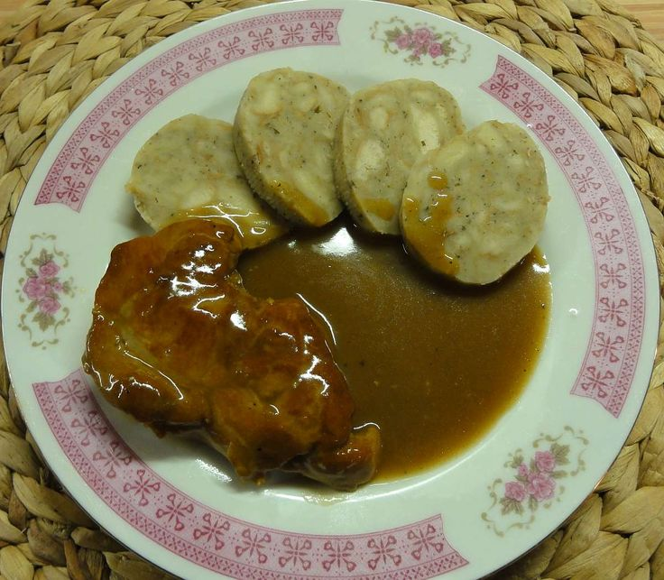 Cibulovo-pivní omáčka s vepřovým masem | recept. Omáčky jsou klasikou české kuchyně a doplňují především různé druhy masa.