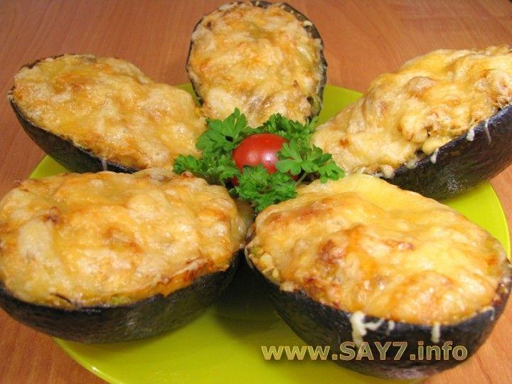 авокадо с куриным филе и сыром