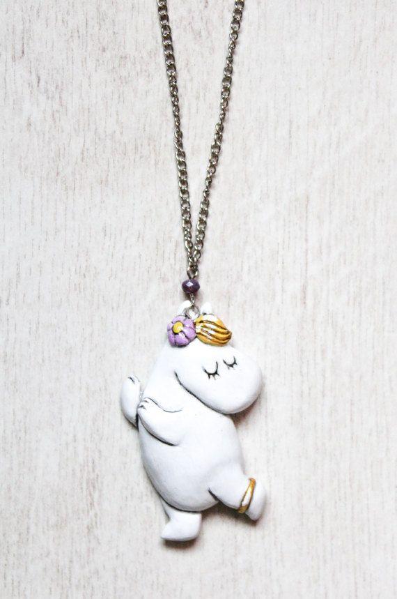 Parels barstte uit het meisje Snork opgewonden.  Kon enkel ringen worden gemaakt uit parels? Ik denk dat ze konden, zei Moomintoll. Ankle-ringen, en neus-ringen en oor-ringen en verlovingsringen... Dit kawaii ketting is een perfecte keuze als u wilt om een gezellige unieke cadeau. Het zou een geweldig cadeau voor wie houdt van Tove Jansson, Fins. Het zou een prachtig cadeau voor mensen die op zoek naar originele handgemaakte cadeau. Hanger van grootte is 5 x 3 cm. Ketenlengte is 25 cm, ik…