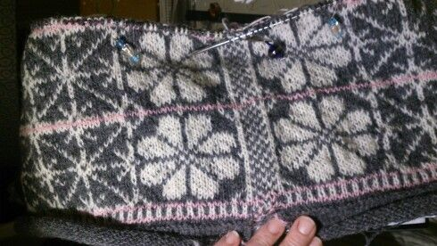 Rosa på Ball. From the book Vakker strikk til alle årstider, by Sidsel Høyvik. I am knitting the model in Kauni yarn.
