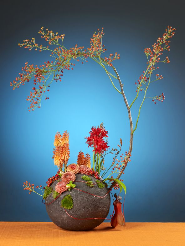 Floral Arrangement made by Boerma Instituut for magazine Special Bloemschikken.  Want to learn how to make Floral Design arrangements? Please visit our website. #Floraldesign #Floraldesignschool #Holland #Dutchfloraldesign #Floral #Design #Table #Arrangement #Flowers