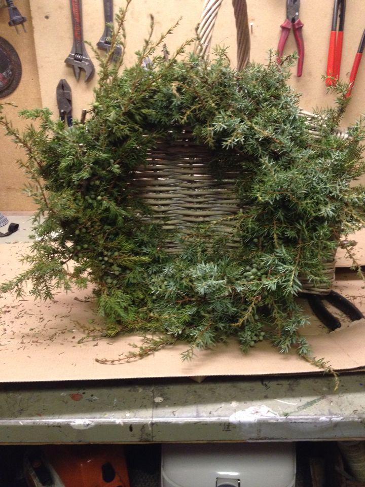 Hjemmelagd dørkrans! Halmkrans, einergreiner (husk å spør grunneier om lov til å ribbe buskene) og litt blomstertråd. Plutselig har du en kjempefin krans for høst/vinterhalvåret.
