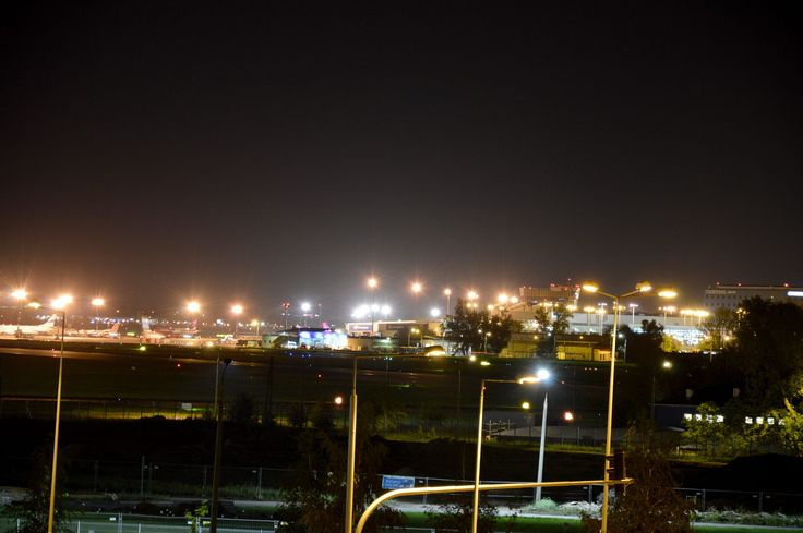 Terminal lotniska nocą