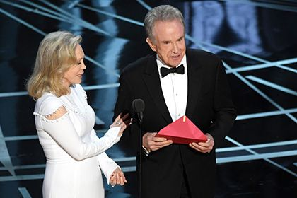 """На «Оскаре» объяснили ошибку с объявлением «Ла-Ла Ленда» лучшим фильмом       Актер Уоррен Битти, объявлявший победителя премии «Оскар» в номинации «Лучший фильм», объяснил, почему назвал не ту картину — «Ла-Ла Ленд» вместо «Лунного света». По словам артиста, ему дали неправильный конверт. «Я открыл его и прочел, """"Эмма Стоун, Ла-Ла Ленд""""», — сказал Битти."""