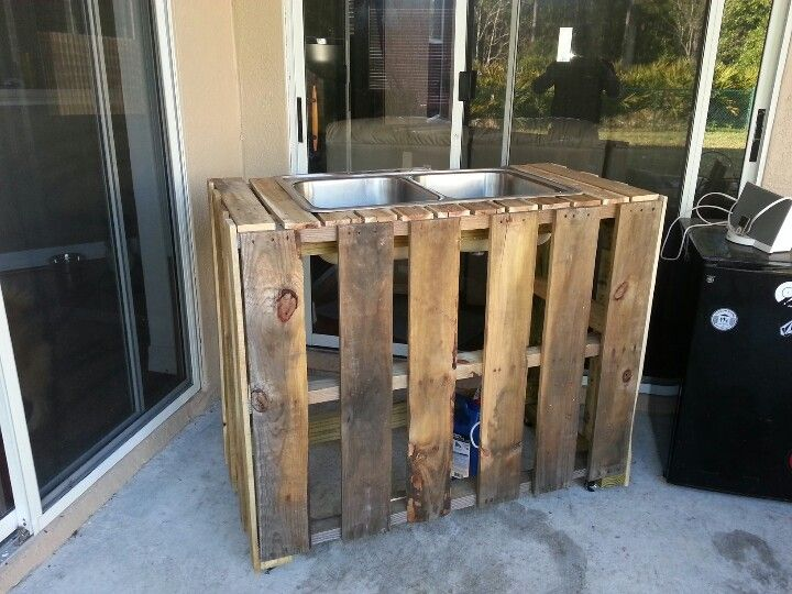 Pallet bar with drink tubs made of a metal sink