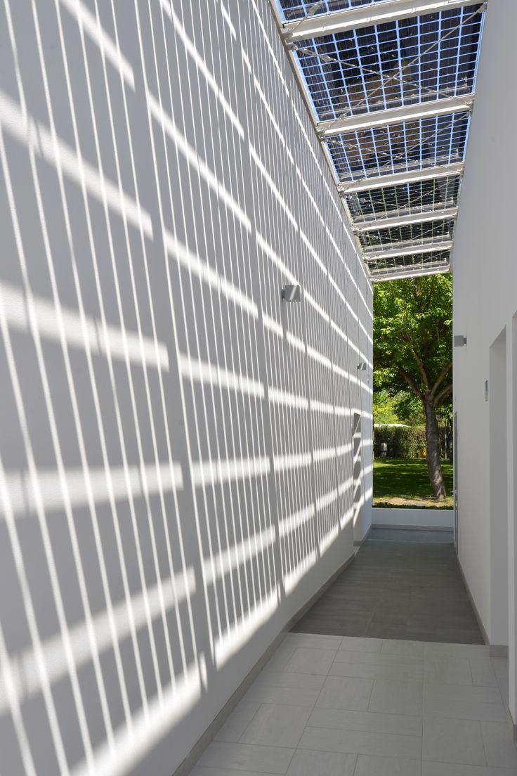 #Turistico-Alberghiero - Servizi Igienici #Camping Europa Village - #Cavallino Treporti (VE). Scorcio corridoio fra blocchi wc: effetto luce/ombra dovuto ai pannelli fotovoltaici installati in copertura.