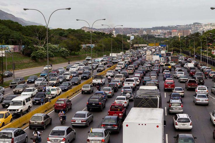 La vialidad de la mayoría de las ciudades venezolanas fue diseñada para soportar un tráfico vehicular inferior al parque automotor que transita por ellas en la actualidad. Zonas con una alta densidad de población, como el Área Metropolitana de Caracas, requieren de una modernización completa que integre autopistas más amplias, nuevas vías alternas y, sobretodo, un cambio en la conci...