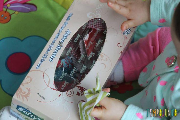 Caixa de lenço de papel cheia de retalhos para uma atividade de descoberta sensorial