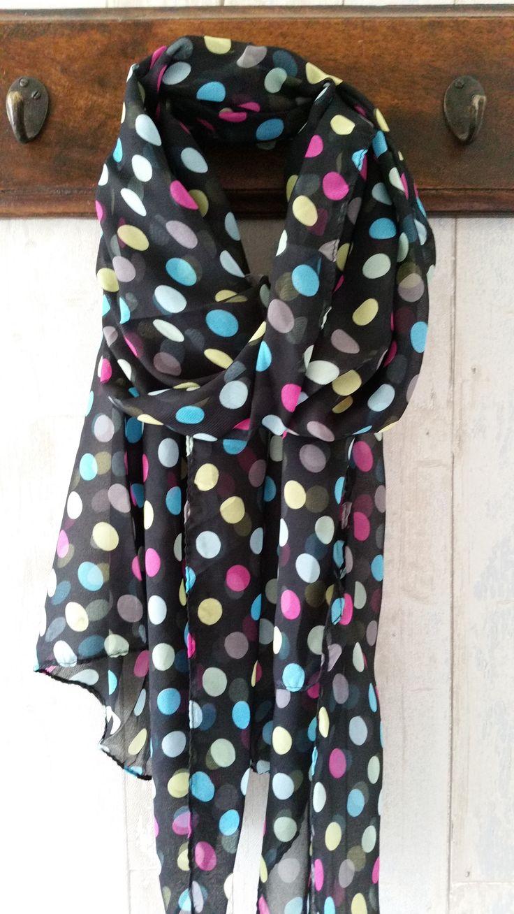 Zwarte sjaal met vrolijke stippen. € 9,95