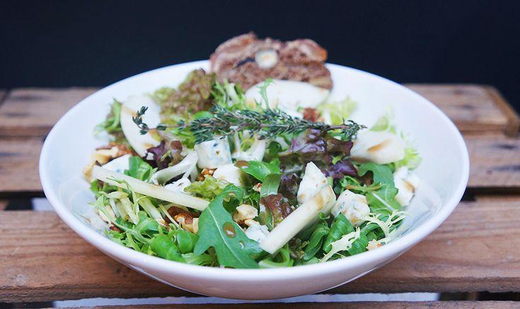 Dé wintersalade van Anne&Maxis deze Italiaanse salade met blauwe kaas, gebakken peer en walnoten. Yum!Je kunt 'm natuurlijk bij Anne&Max eten, maar ook zelf thuis namaken. Voor de gebakken peer: Verwarm de oven voor op 180 graden.Schil de peernetjes en snijd het klokhuis eruit.Halveer de peer en leg de twee helften met de platte kant […]