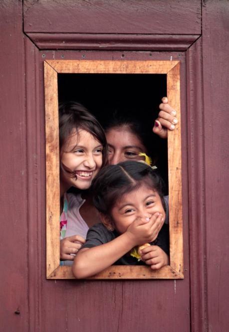 Recuerda que cada vez que sonríes, se borra una tristeza y se ilumina una esperanza