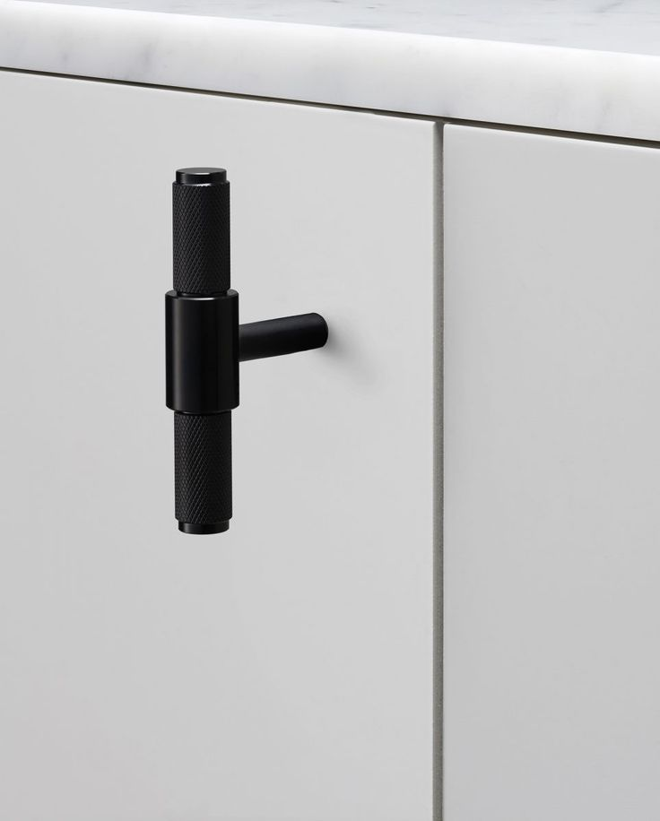 A T-Bar handle made from solid metal. A solid base with diamond-cut knurled handle detailing, including a circularback plate finishedwith penny buttons. Works great on cabinet doors, wardrobe drawers, cupboards, kitchen units and just about anything that can open.