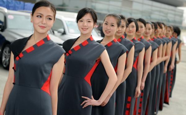 F1中国グランプリ、会場を彩る華やかなコンパニオンたち―上海|新華社日本語経済ニュース