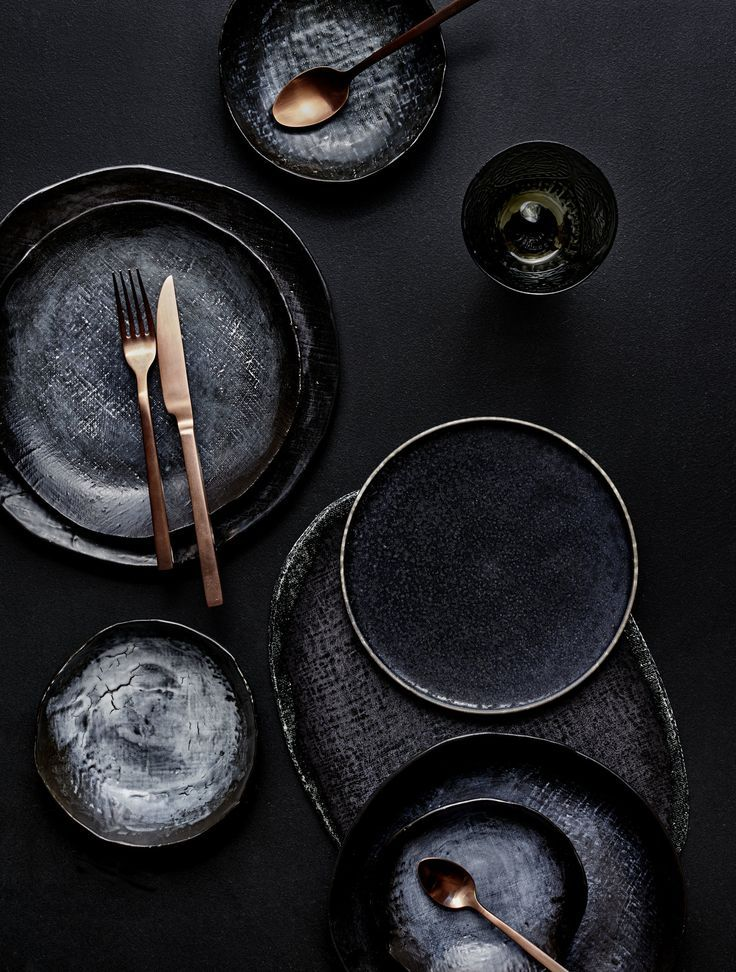 Gelungene Tischdeko: Schwarzes Geschirr und kupfer…