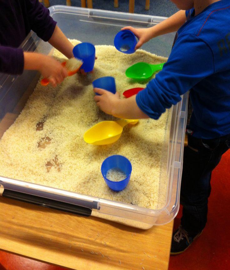 Spelen, voelen, ruiken en meten, wegen en tellen met rijst. @obs_koppel