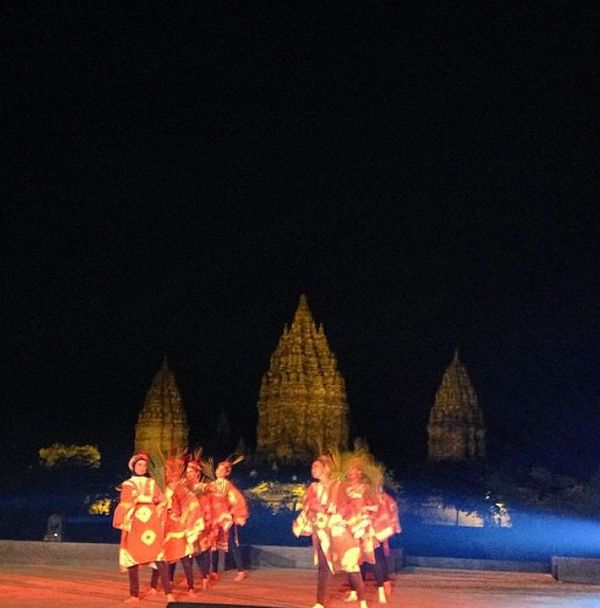 Contemporary dance from student on #APSDA2014 #farewellparty #livefromapsda2014 #prambanantemple photo by @ricaishak