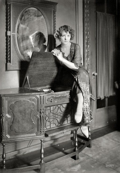New York circa 1921. A lady and her phonograph. 5x7 glass negative, George Grantham Bain Collection.