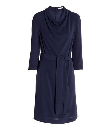 Dark blue. Knee-length dress in crêped fabric with a draped neckline. 3/4-length sleeves, zip at back, and removable tie belt at waist. Lined.