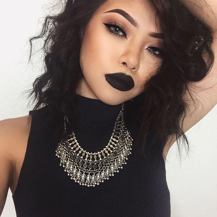 Black lipstick Grunge Look - http://ninjacosmico.com/35-grunge-make-up-ideas/