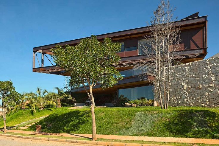 A estrutura metálica, criada com perfis disponíveis no mercado, dá a tônica do projeto