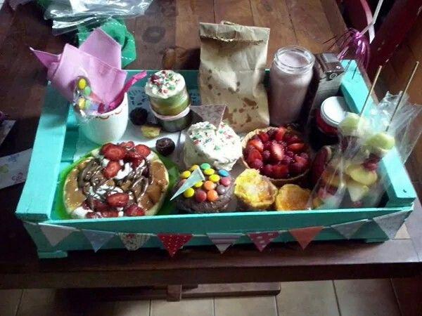 Bandeja de desayuno con un cajón de verduras