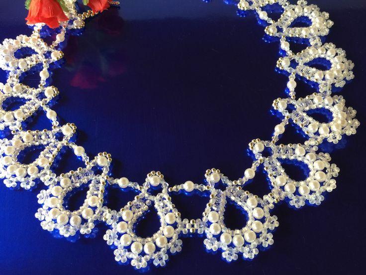 """Brautcollier 46, Modell """"Nadine -Sophia"""", für den schönsten Tag im Leben.... Dieses Collier habe ich handgefertigt mit Hunderten weißen Glaswachsperlen, transparenten Glasschliffperlen und weißen Rocailles. Zum Fädeln bevorzugte ich bei diesem Modell hochwertigen Nylonfaden, den ich mehrfach durch die einzelnen Perlen zog."""