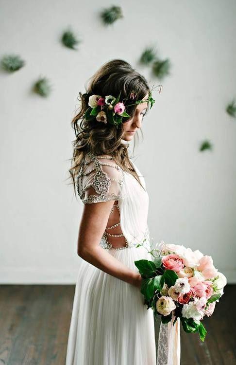 Penteado de noiva com flores no cabelo                                                                                                                                                                                 Mais