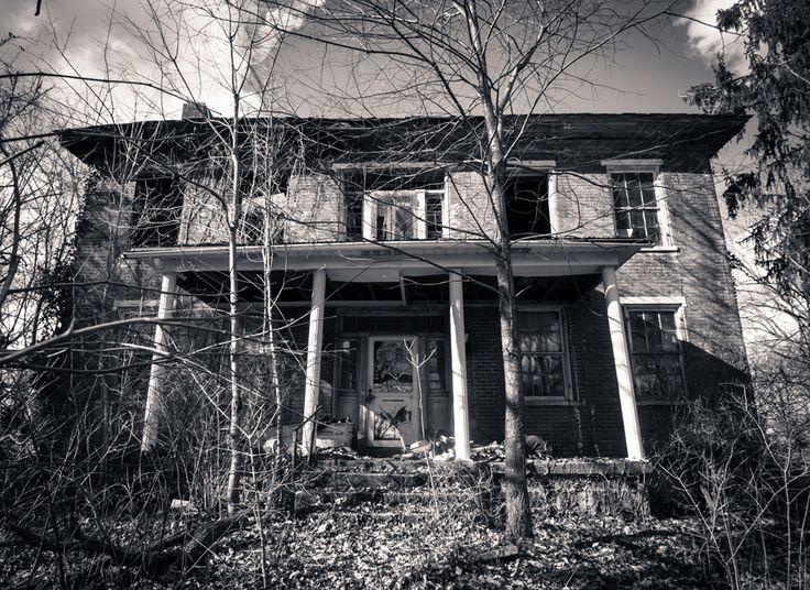 """Nous avons appelé ce bâtiment abandonné """"Le manoir des corneilles"""". //  structures abandonnées, toujours aussi magnifiques que dans le passé"""
