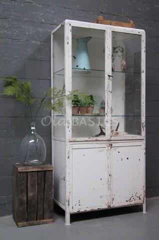 Apothekerskast 10199 - Stoere industriële ijzeren apothekerskast. De kast is wit van kleur en heeft een mooie geleefde uitstraling. Achter de vitrine deuren twee legplanken.