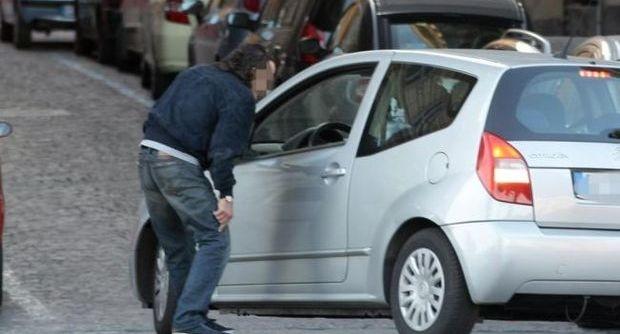 """Napoli, lotta ai parcheggiatori abusivi  Multati gli automobilisti """"fuorilegge"""""""