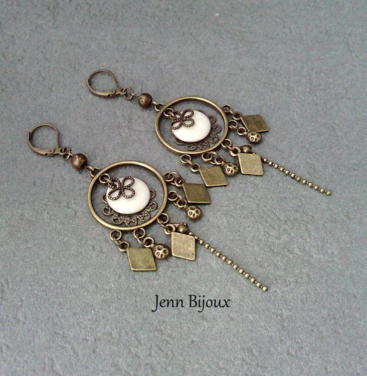 Boucles d'oreilles chandelier longues en métal bronze et blanc crème, sequin émaillé connecteur rond, breloque, perles et chaîne : Boucles d'oreille par jenn-bijoux-fait-main