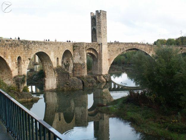 Pont fortificat. Autor: Jordi R. Lloc: Besalú  I love this picture  Pinterest