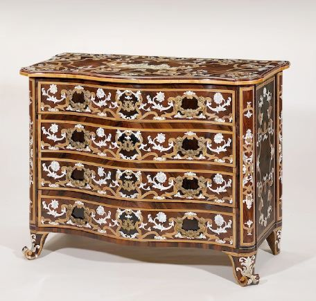Pietro Piffetti (Torino, 1700-1777) Commode con intarsi in legni rari, decorata in avorio inciso e ornamenti in bronzo dorato. Verso 1730-1740.