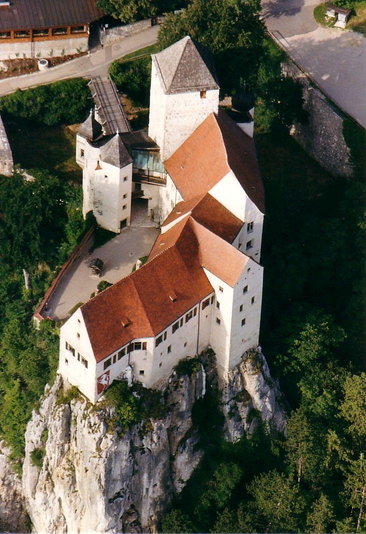 Burg Prunn in der Nähe von Kelheim im Altmühltal - 1037 erstmals erwähnt. Der Geschichtsschreiber Wiguläus Hund fand hier die viertälteste, vollständige Handschrift des Nibelungenliedes, die er 1575 an Herzog Albrecht übergab. Besichtigung nur mit Führung.