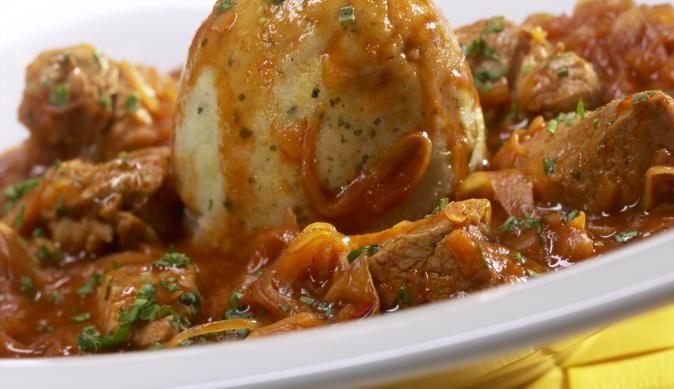 Die der Wiener Küche entstammende Art des Gulasch mit Sauerkraut, war schon vor tausend Jahren eine beliebte Mahlzeit. Mit unserem Rezept gelingt es auch dir.