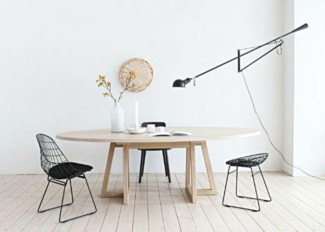 Mooie grote ovale tafel in Scandinavische stijl.