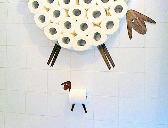 Schaf-Regal - eine WC-Papier-Ablage für eine große Anzahl von Rollen. Dieses Regal können Sie auf einfache und freudige Weise ein ganzes Paket von WC-Papier (30 Rollen) an einer Wand, einige kostbare Quadratfuß freisetzen. Wand-Regal kann auch für andere Dinge wie Windeln, kleine Handtücher, Trikots, etc. verwendet werden. Sie erhalten eine Rolle bei der Schaffung des Schafs-Bild durch die Wahl der Kopf und Füße Sticker platzieren.  Meine Schafe selbst ist ein sehr nachdenklich Schaf und…