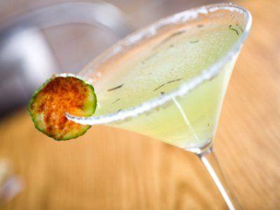 Receta de Martini de Pepino | Esta receta es mi favorita, el martini de pepino es ideal para todo tipo de ocasión. Si te gusta mucho el pepino esta bebida te encantará. Ponle un poco de chile en polvo espolvoreado encima para que tenga un sabor ácido/picante.