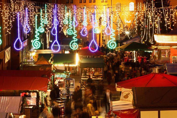 Lucia Weihnachtsmarkt, Berlin Inmitten der Backstein-Gebäude gehört der Lucia Weihnachtsmarkt in der Berliner Kulturbrauerei im Prenzlauer Berg zu den Geheimtipps der Hauptstadt. Der gemütliche skandinavische Markt bietet für Besucher wunderbare Gelegenheiten zum Wärmen: so etwa eine Mantel-Heizung, eine Wärme-Hütte mit Sauna-Ofen – und natürlich allerlei Ess-Stände.
